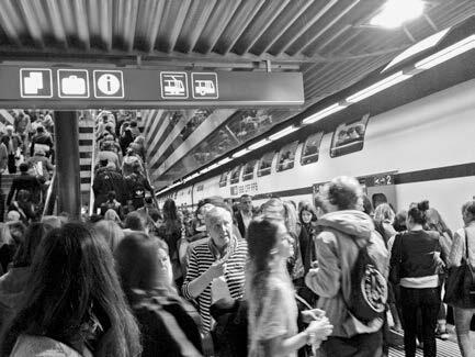 Bahnpendler im Zürcher Hauptbahnhof. Die Entwicklung des Angebots erfolgt im Dreieck zwischen Infrastruktur, Fahrplan und Rollmaterial. Die Bahninfrastruktur bestimmt wesentlich die räumliche Entwicklung.