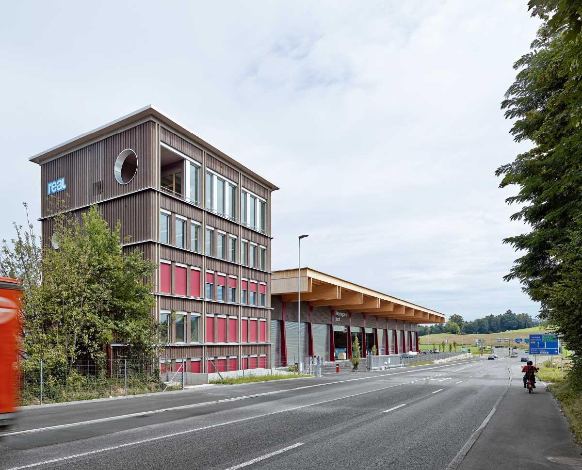 Turmartig markiert der neue Verwaltungsbau des Entsorgungs-Verbunds den Ort. Sein weit auskragendes Dach lädt in die Recycling-Halle nebenan. Bild: Roland Bernath
