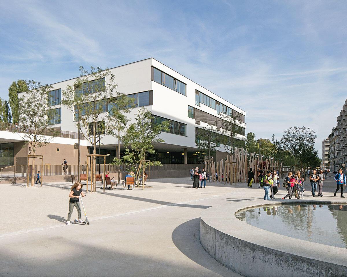 Mehr als nur eine Schule: Der Komplex in Chandieu in Genf ist ein multifunktionales öffentliches Gebäude, bildet neue Freiräume im Quartier und ergänzt damit einen städtebaulichen Plan aus den 1930er Jahren. Architektur: Atelier Bonnet. Bild: Yves André