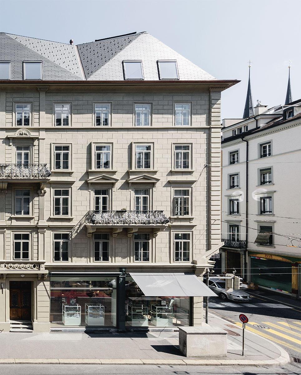 Der gefaltete Dachkörper auf dem denkmalgeschützten Neurenaissancebau von 1873 nimmt die Dreiteiligkeit der Fassade auf: Pension Felder in Luzern von Huggenbergfries Architekten.