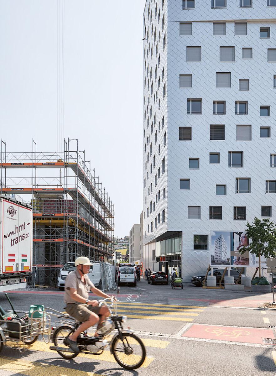 Das Hochhaus von Tilla Theus ist Vorbote einer rasanten Entwicklung rund um den Bahnhof Horw. Die Bildstrecke von Roman Keller zeigt die Verwandlung an den Rändern Luzerns. Bild: Roman Keller