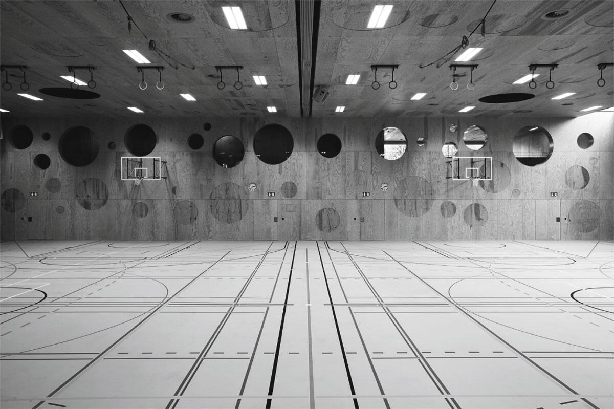 Innenansicht der Mehrzweck-Zweifachsporthalle Zentrum Eichi in Niederglatt von L3P Architekten