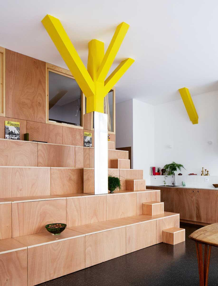 Umbau in engen Platzverhältnissen: Der junge Architekt JeanBenoît Vétillard inszeniert mit einem multifunktionalen Möbel einen Raum im Raum. Bild: Glaime Meloni