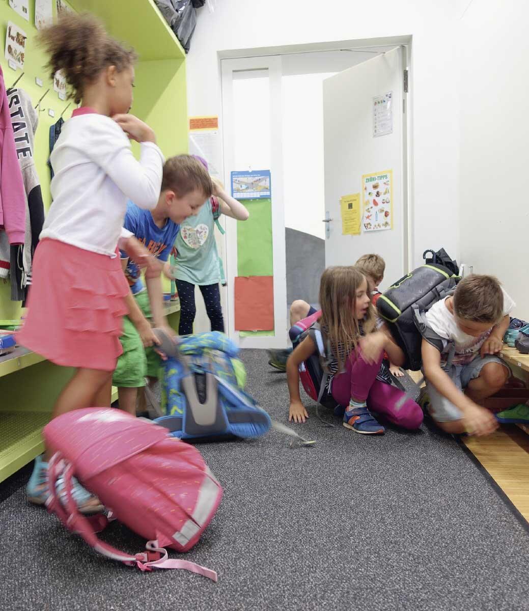 Ein wichtiger sozialer Vorgang für jedes Kind ist es, mit der Klasse zusammenzukommen und produktiv zu werden. Lernende brauchen aber auch Bereiche für ruhiges, individuelles Arbeiten und Rückzugsmöglichkeiten. Bild: Felix Ackerknecht