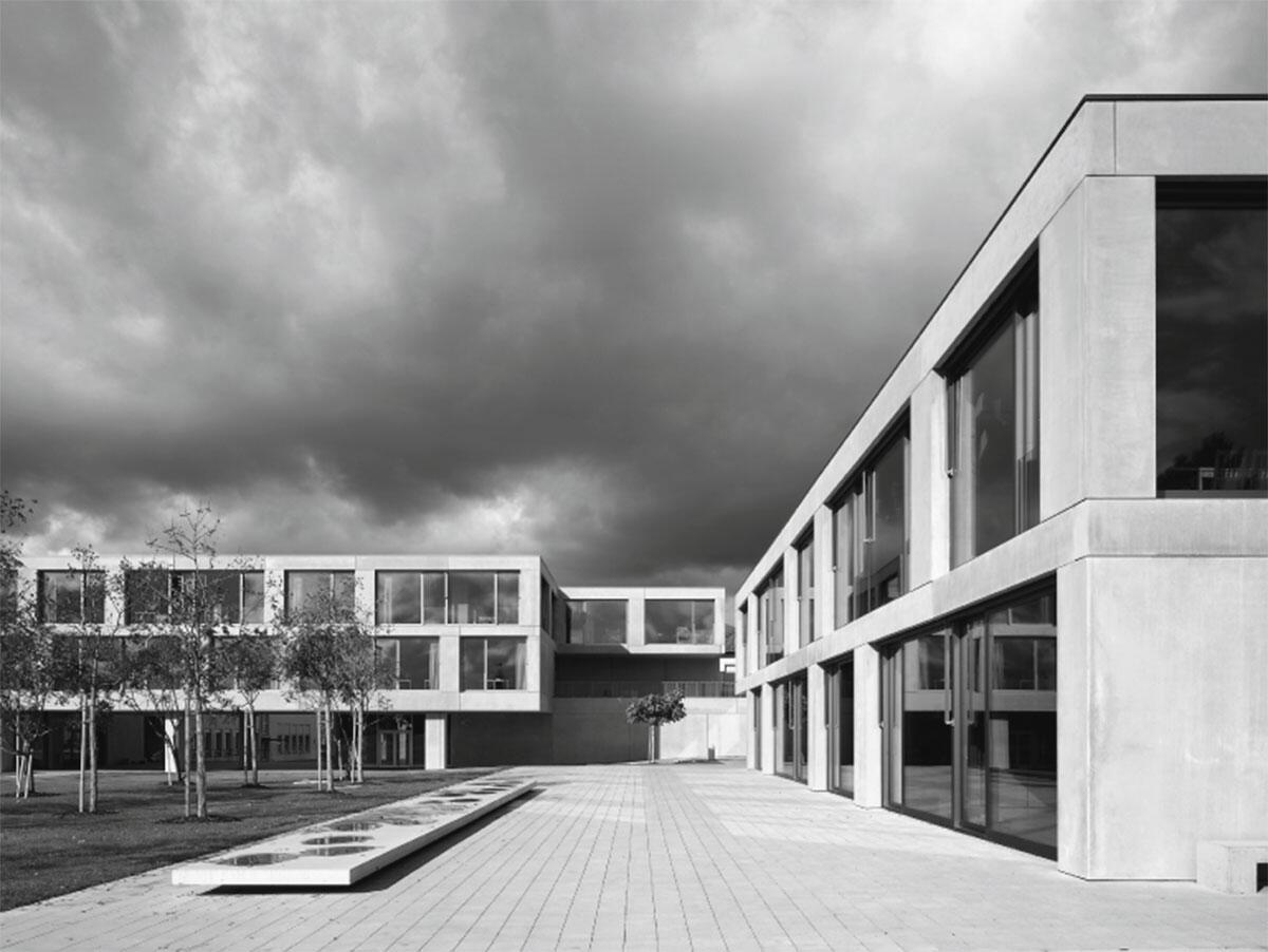 Blick vom Betreuungshaus auf den neuen Schultrakt B vom Schulhaus Oescher in Zollikon von Harter Spreyermann Architekten, Zürich