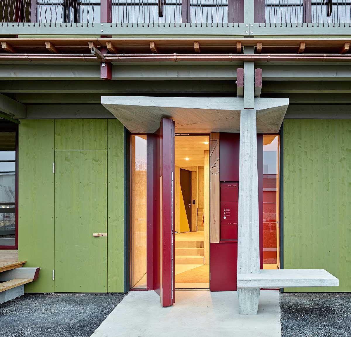 Die Eingänge, zusammen mit Luc Forster entwickelt, sind Skulpturen, die Vordach und Sitzbank vereinen. Bild: Roland Bernath