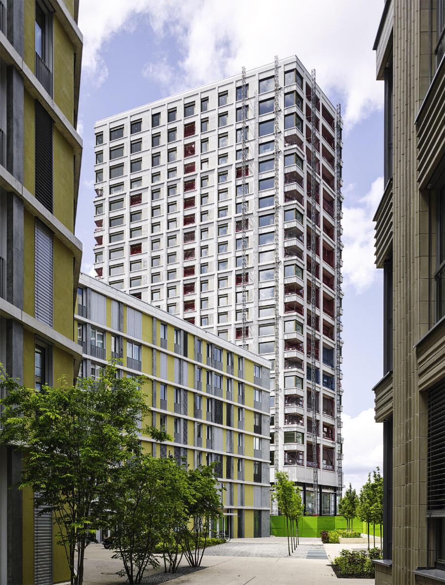 Das Wohnhochhaus ist Teil der von Marcel Meili, Markus Peter Architekten geplanten Überbauung «City West», zusammen mit drei siebengeschossigen Wohnbauzeilen.