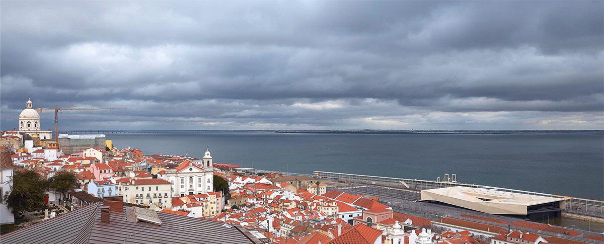 Der gedrungene Terminal empfängt den wachsenden Zustrom von Kreuzfahrt-Touristen in Lissabon und eröffnet für die Einwohner der Stadt einen neuen Zugang zum Fluss. Bild: Rita Burmester