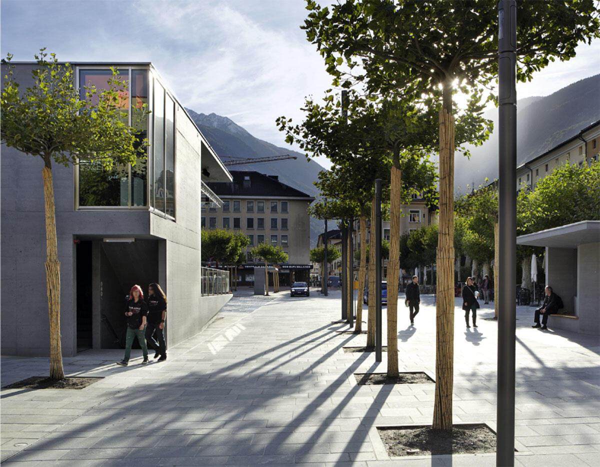 Nur im Schritttempo passieren Bus und Privatautos den umgestalteten Platz in Martigny aus dem 19. Jahrhundert. Umgestaltung durch Audigier Pilet architectes.