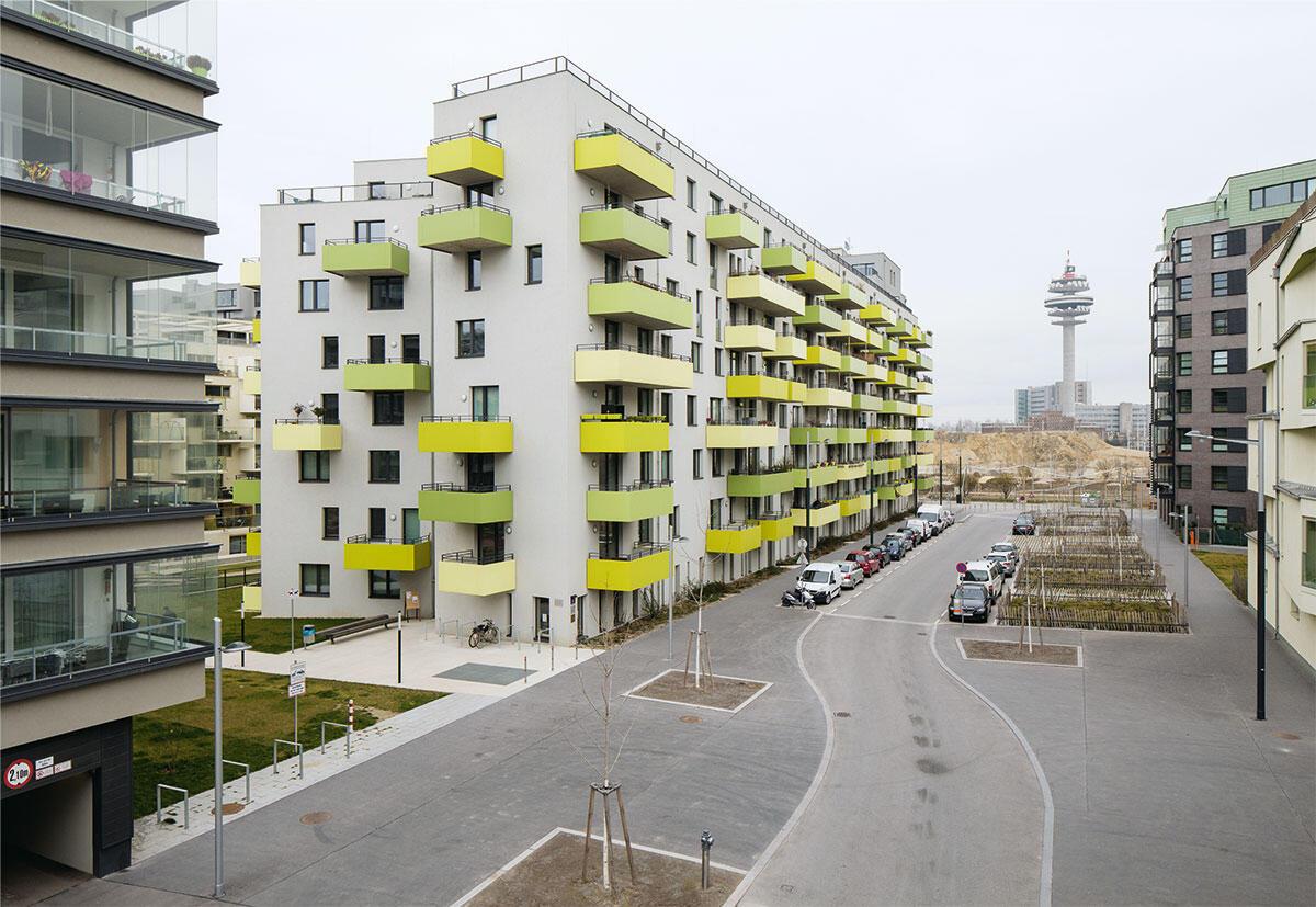 Die Hackergasse am Wiener Sonnwendviertel fokussiert die Blicke auf den Wiener Funkturm jenseits der Bahngleise. Die Anwohner ziehen keinen Profit vom breiten Profil der Strasse, im Stadtraum hat das Auto die Vorherrschaft.