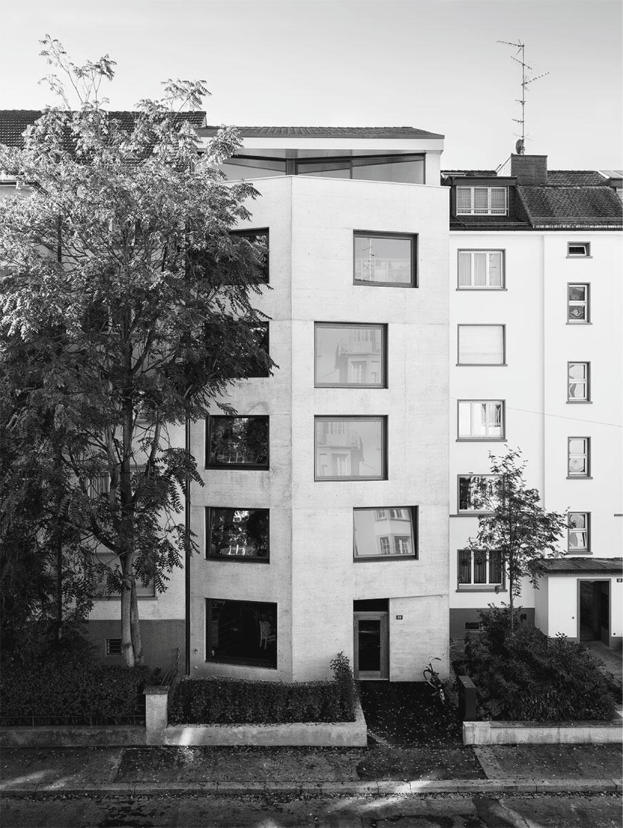 Städtebau im Blockrand: Der in den Strassenraum ragende Knick in der Fassade verbindet die Baulinie mit dem zurückversetzten Nachbarhaus. Architekt: Oliver Brandenburger Architekten AG.