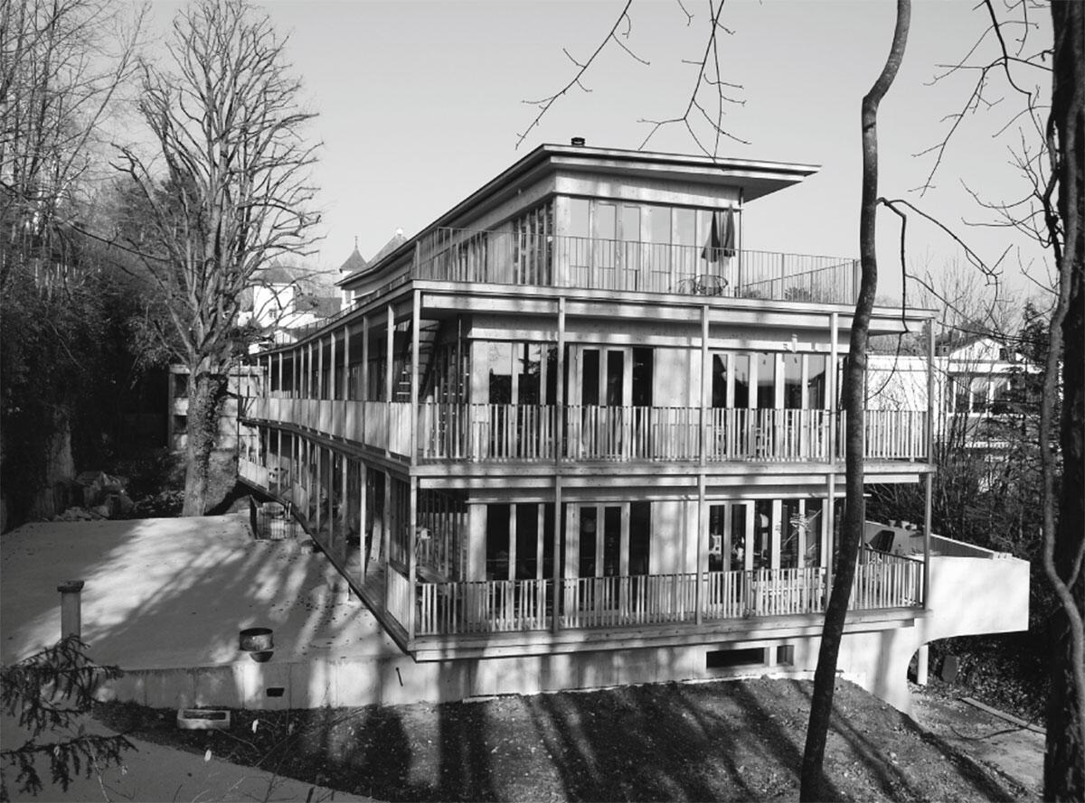 Holzständerbauweise auf betoniertem Sockel von Dual Architekten, Solothurn
