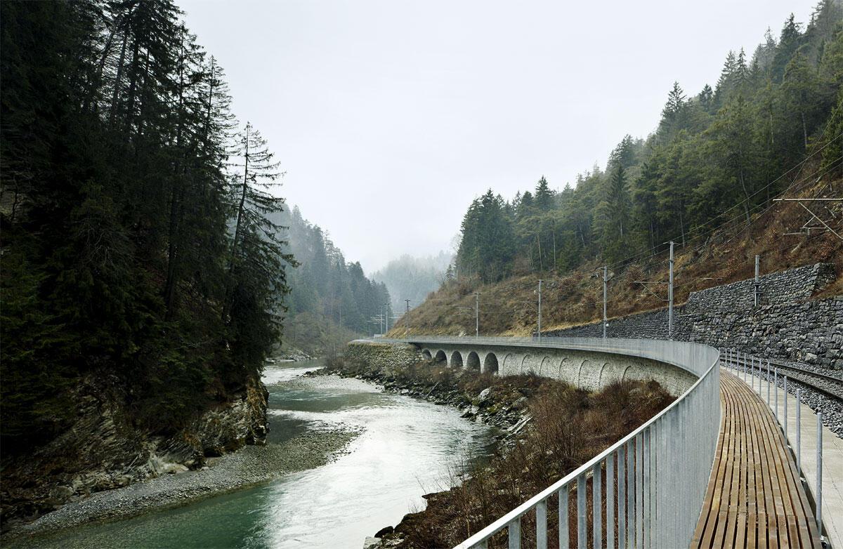 Von Walter Bieler entlang den Bahngleisen angelegter Fussgängersteg in der unteren Rheinschlucht.