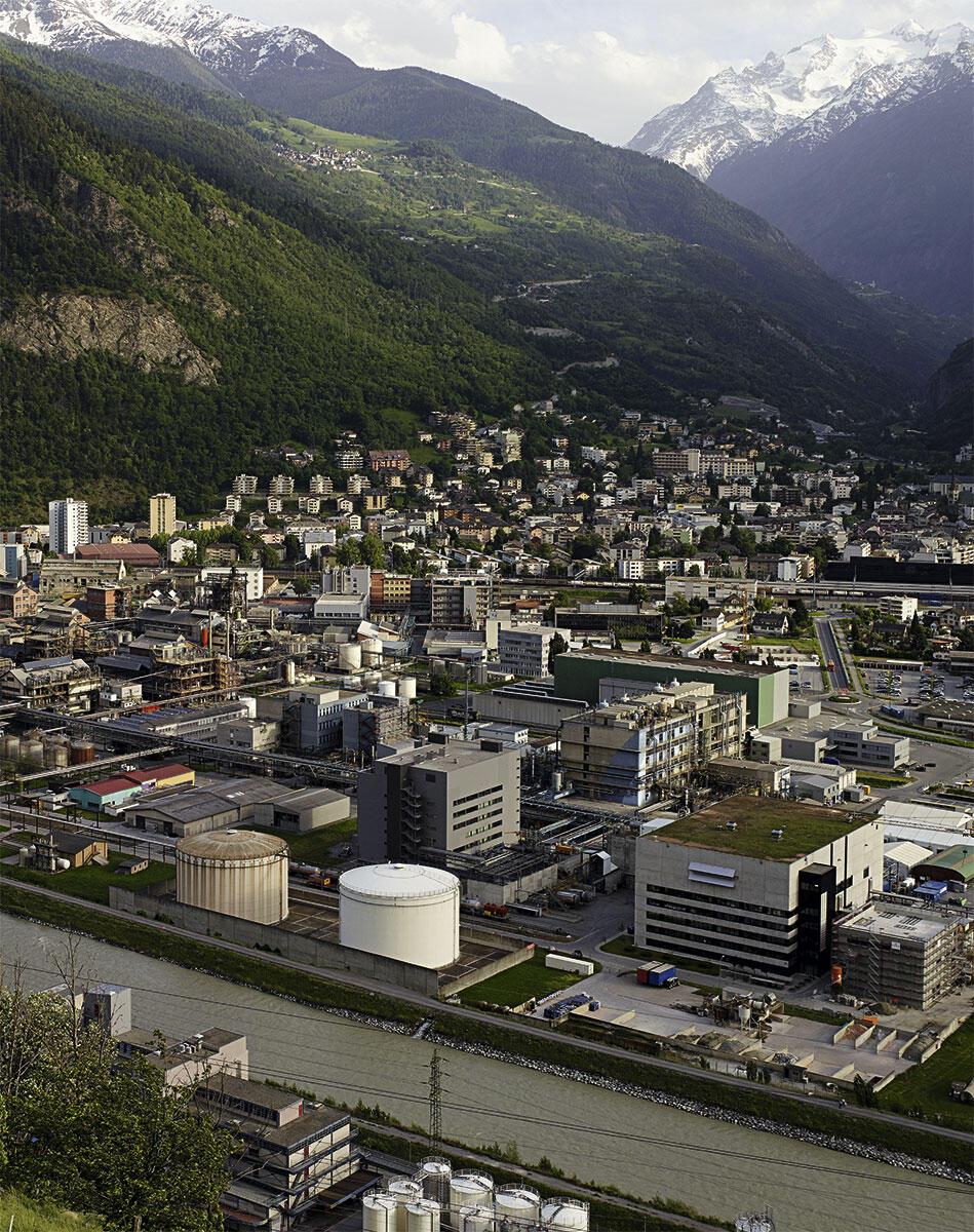 Visp ist seit 2007 Ausgangspunkt des Lötschberg-Basistunnels der NEAT. Das Areal des Chemie- und Pharmakonzerns Lonza prägt das Bild.