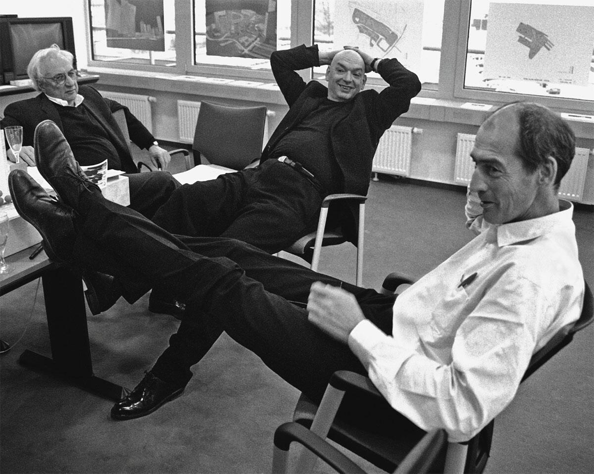 Patchworkfamilientreffen mit Frank Gehry (links), Jean Nouvel und Rem Koolhaas (rechts) anlässlich einer Grundstücksentwicklung in Düsseldorf 1997.