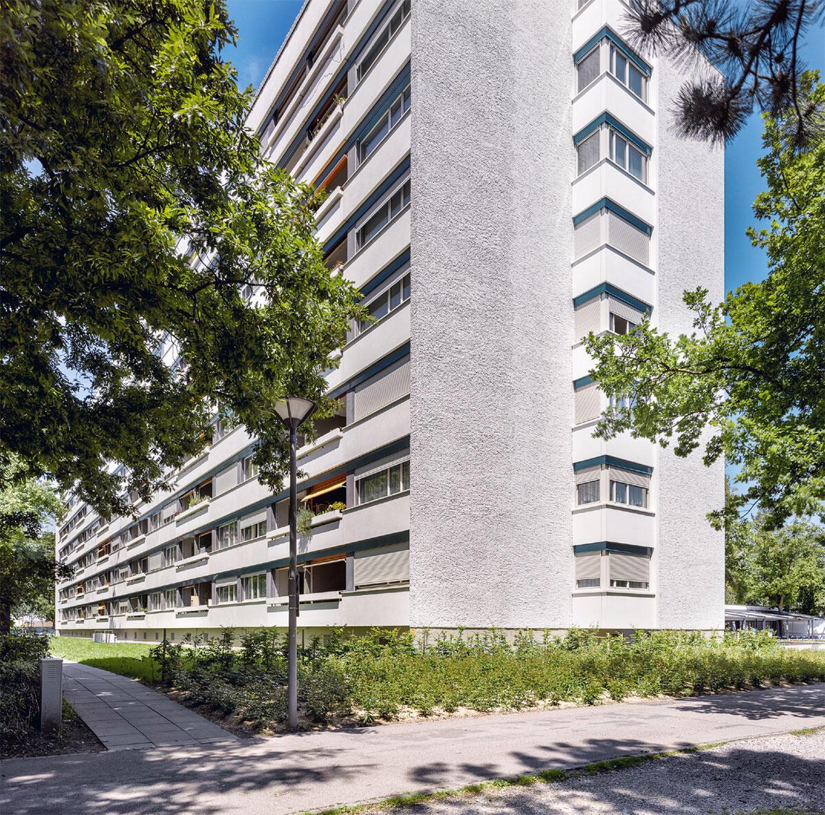 Kaum sichtbare Veränderung: Ein feiner Unterschied in der Putzstruktur verrät die Erweiterung der Wohnungsgrundrisse um rund 3 Meter.  Bild: Alexander Gempeler