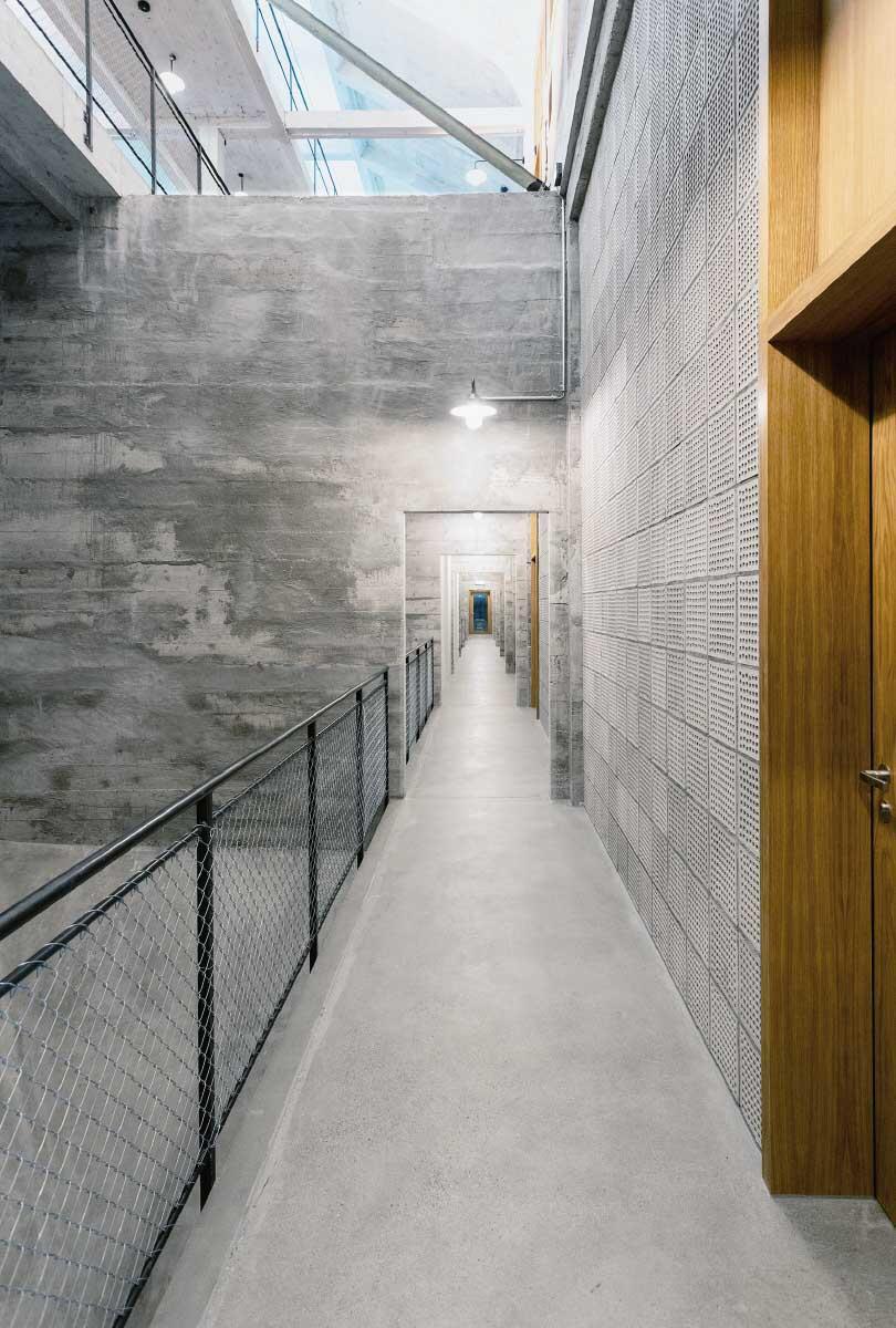 Optisch sind die beiden Obergeschosse miteinander verbunden, die Vertikalität der ursprünglichen Nutzung bleibt so präsent. Bild: Lukas Schwabenbauer