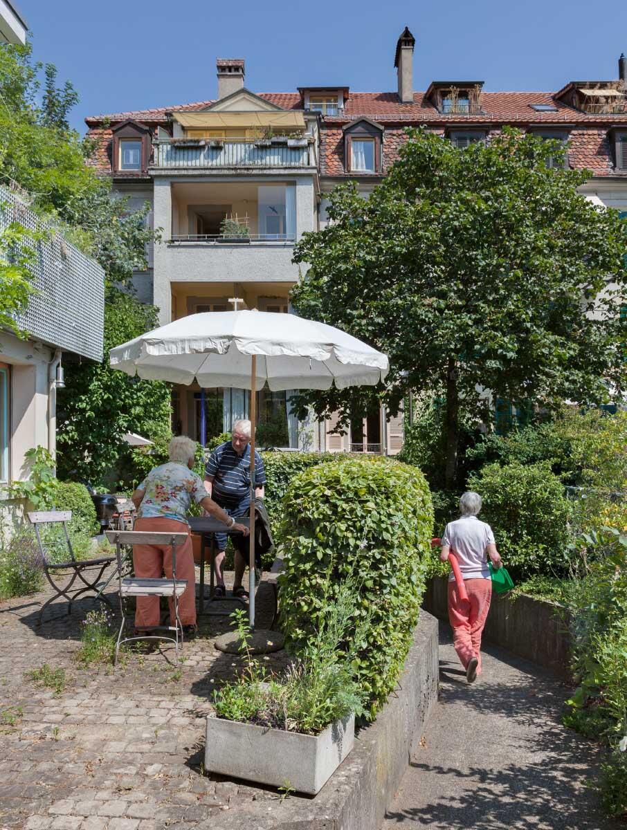Der begrünte, ehemalige Gewerbehof mit der Rampe zum Haus von Sonja und Urs Grandjean Bild: Istvàn Balogh