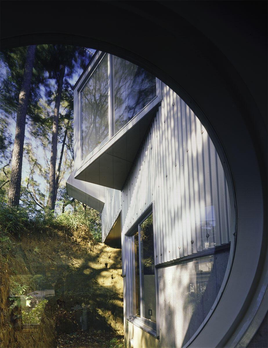 «Eine Maschine, die progressive Anarchie produziert»: Das House in Yokohama, das Kazuo Shinohara als Büro und Teehaus nutzte, erbaut 1985. Blick aus dem mit zwei Tatami-Reisstrohmatten ausgelegten Zimmer im Untergeschoss. Die architektonischen Elemente erscheinen völlig voneinander entkoppelt.
