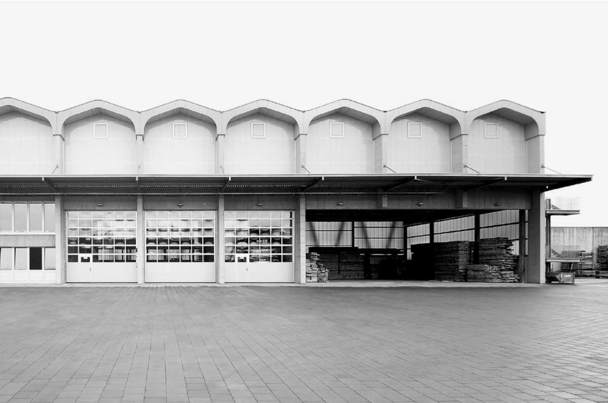 Die Werkhalle ist flexibel nutzbar. Ständig offen bleibt das Lager der Schaltafeln.  Bild: Manuel Alberati