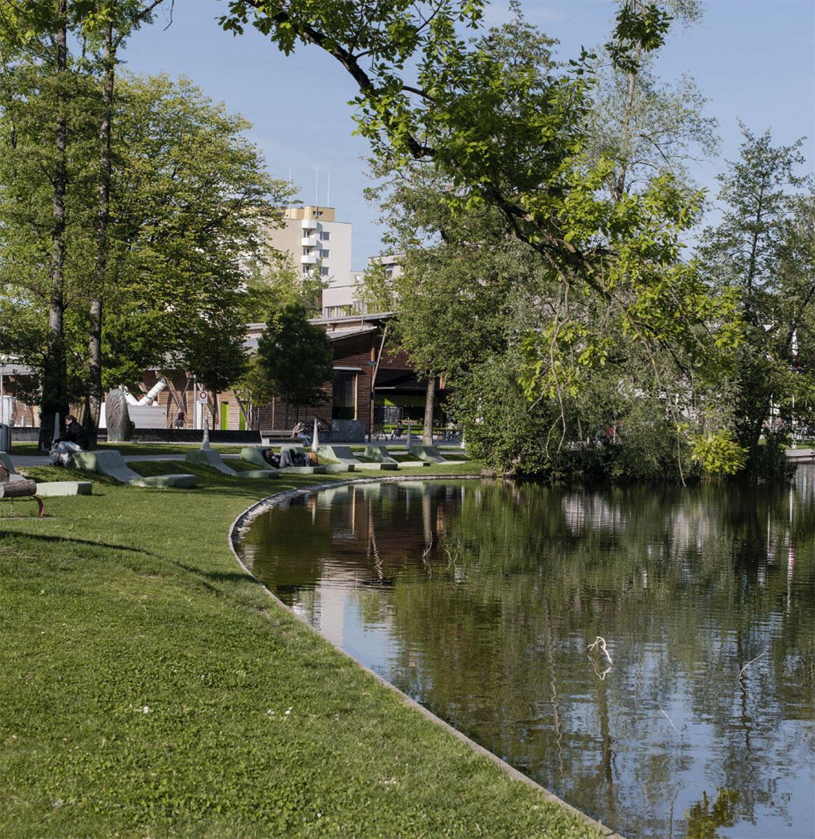 Den östlichsten Teil des grünen Rückgrats von Uster bilden die offenen Wiesenflächen des Stadtparks, die seit 2010 wieder vermehrt in Beschlag genommen werden. Locker verstreute Betonliegeflächen und stalaktitenförmige Beleuchtungskörper setzten gestalterische Akzente.