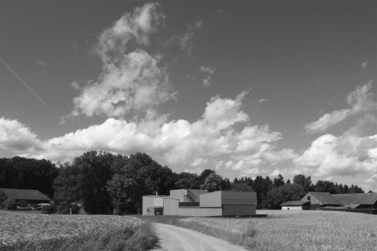 Sternwarte Schaffhausen von Sandri Architekten. Ansicht in Richtung Norden; das Schiebedach über der Beobachtungsplattform am rechten Gebäuderand ist geschlossen.