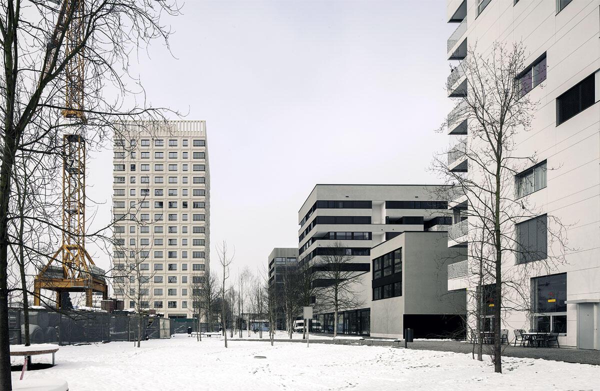 Der neue Rietpark in Schlieren mit Bauten von Galli Rudolf und dem Hochhaus von Dietrich Schwarz.