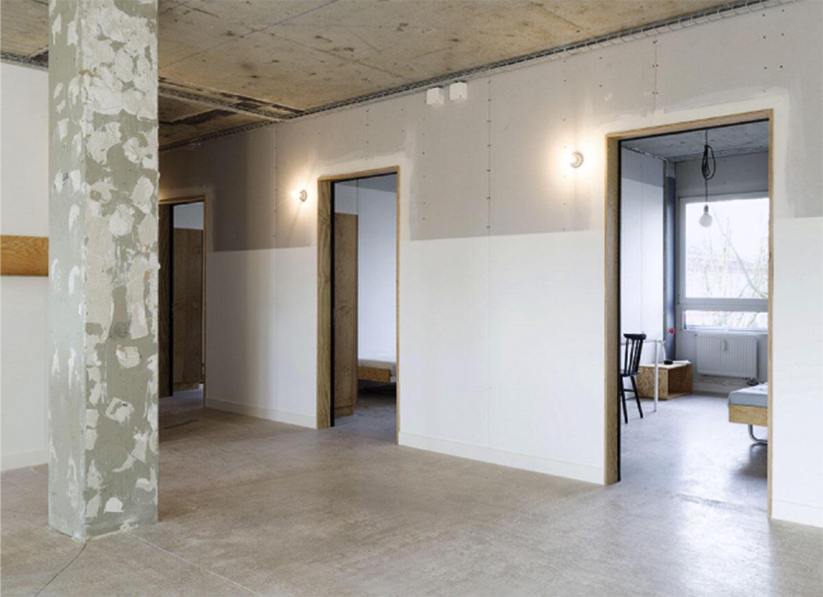 Blick in die möblierten Zimmer im 2. Obergeschoss von Haus B der Rennbahnklinik in Muttenz von sabarchitekten.