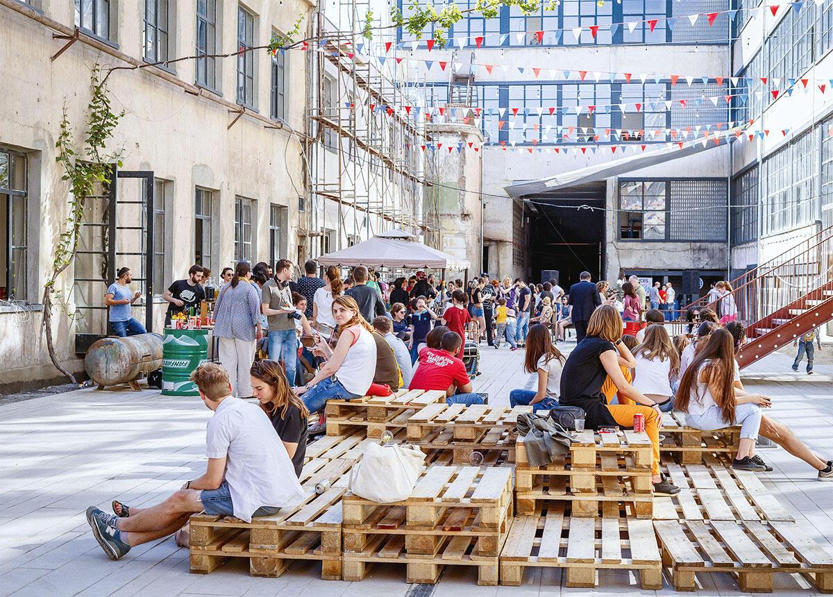 Besonders bei Veranstaltungen wird der Innenhof der Fabrika in Tbilisi in Beschlag genommen. Hier beim MitOst-Festival im Herbst 2016, an dem über den Sprachund Kulturaustausch in Mittel-, Ost- und Südosteuropa diskutiert worden ist. Bild: Gogiko Sakvaelidze