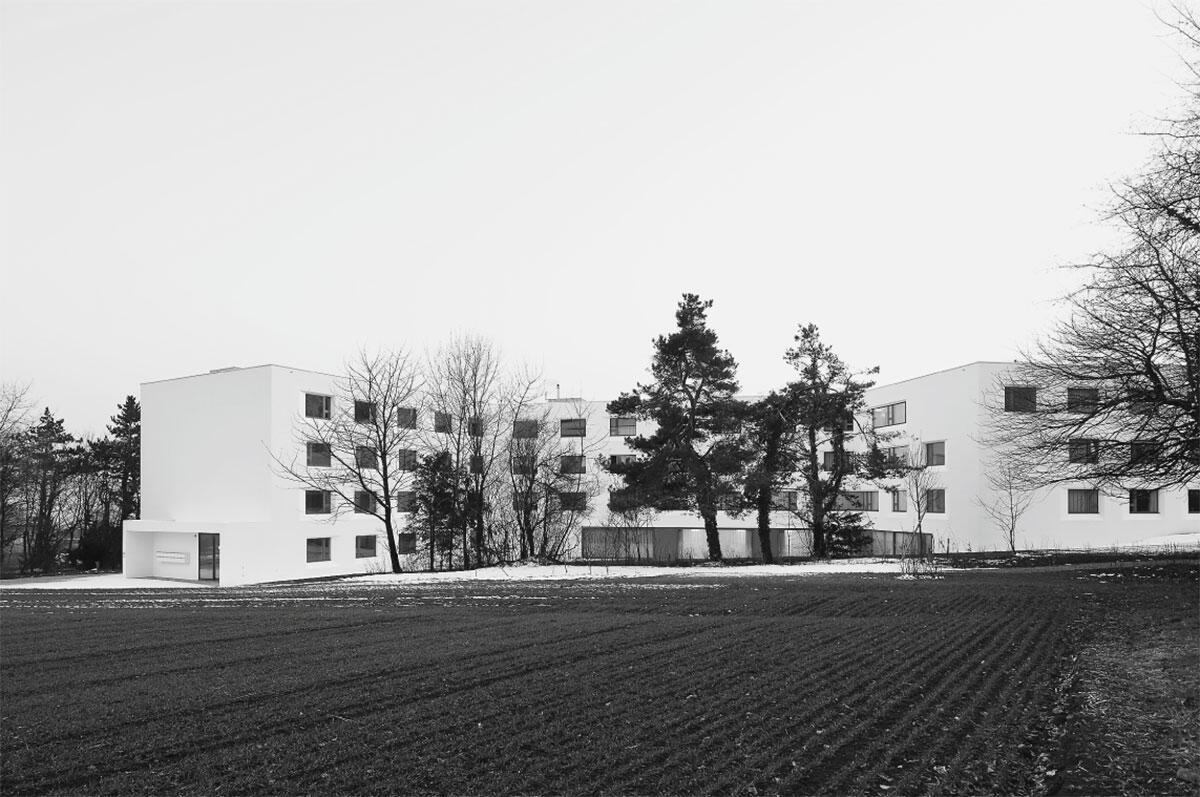 Hauptfassade mit Eingang: Résidence et Domaine Le Littoral in Bevaix