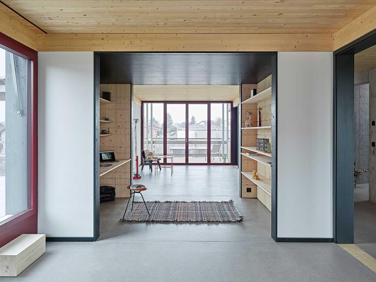 Die Mittelzone mit abgehängter Decke zoniert den Grundriss und setzt dem weiten Ausblick aus den Wohnung ein intimes Kabäuschen entgegen. Bild: Roland Bernath