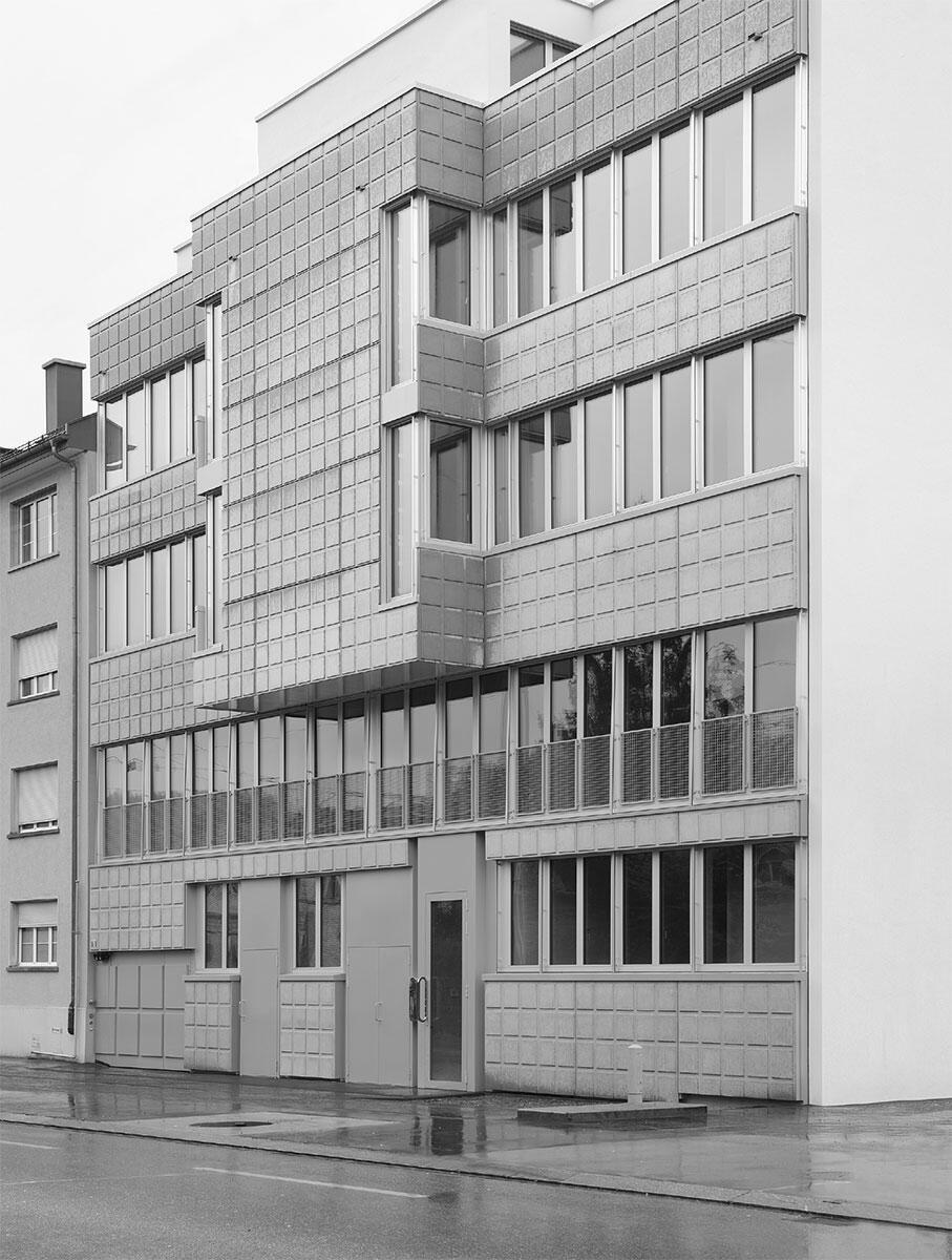 Vornehm und etwas dreckig gibt sich die Fassade im Blockrand der Herdernstrasse in Zürich. Lütjens Padmanabhan entwarfen ein Haus zwischen Renaissance und Konstruktivismus.