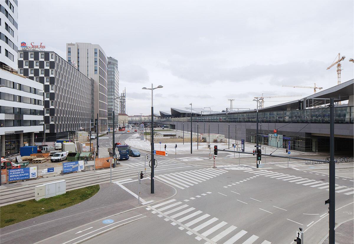 Kaum städtisches Flair zum Auftakt am Wiener Hauptbahnhof: Ein verschlossener Bahnviadukt, eine kolossale Tiefgaragenabfahrt und eine raumgreifende Tramwendeschlaufe dominieren den Stadtraum.