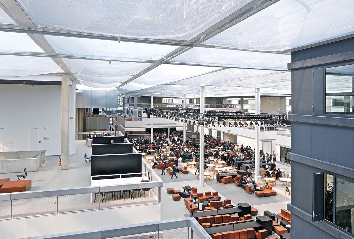 Stadtraum unter Dach: Informelle  Begegnungsräume bilden das Rückgrat der Lab City von OMA. Blick über Terrassen und den zentralen Platz mit dem Café. Bild: Philippe Ruault