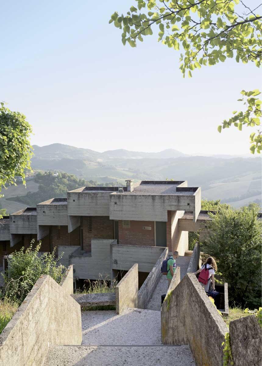 Collegio del Colle, gekröpfter Weg mit Sitzgelegenheiten vom Gemeinschaftshaus zu den Wohnhäusern Bild: Gaia Cambiaggi
