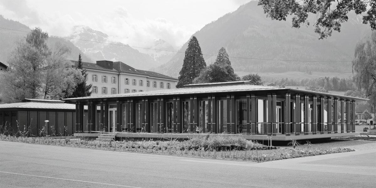 Anlage der Gärtnerei mit Nebengebäude (links) und dem vom Erdboden abgehobenen Hauptgebäude der Kollegi-Gärtnerei in Sarnen von Patrik Seiler Architekten