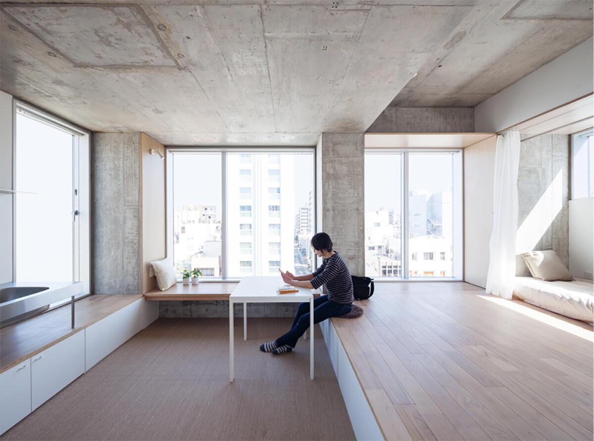 Verspringende Decken schaffen ungewöhnlichen räumlichen Reichtum im Tatsumi Apartment House in Tokyo von Hiroyuki Ito architects. Bild: Makoto Yoshida