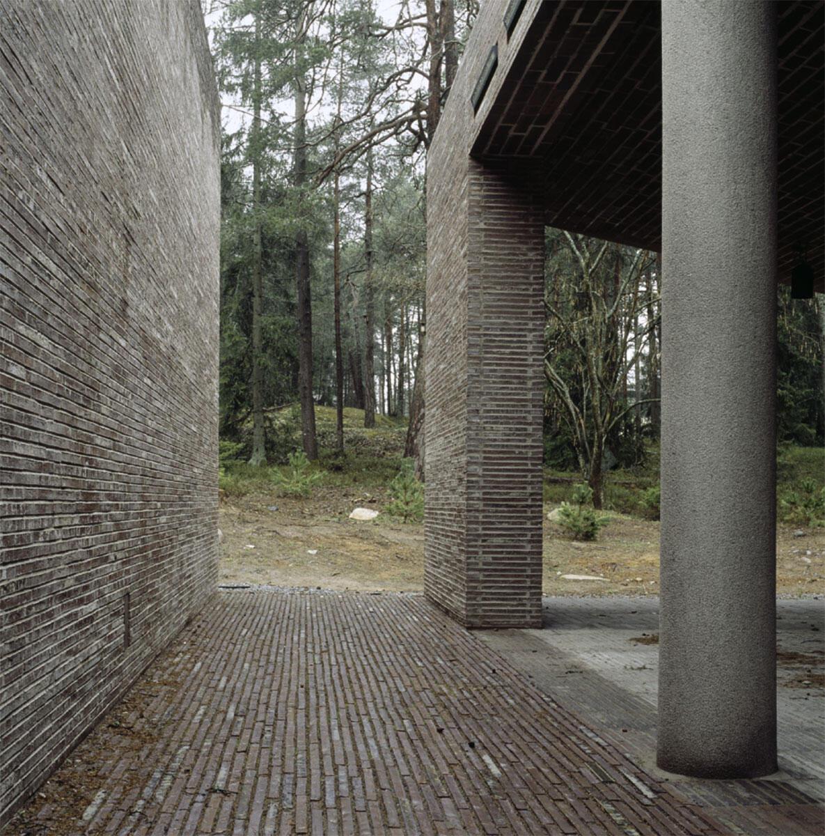 Ein tiefer Einschnitt im Krematorium im Waldfriedhof Stockholm von Johan Celsing Arkitektkontor trennt die Eingangshalle vom steinernen Bau.