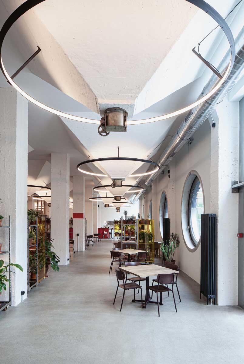 Die Silotrichter formen den Raum von Restaurant und Bar und erzählen die Geschichte des Ortes – in Szene gesetzt von eigens entwickelten Leuchten aus Schwarzstahl.  Bild: Christian Kahl