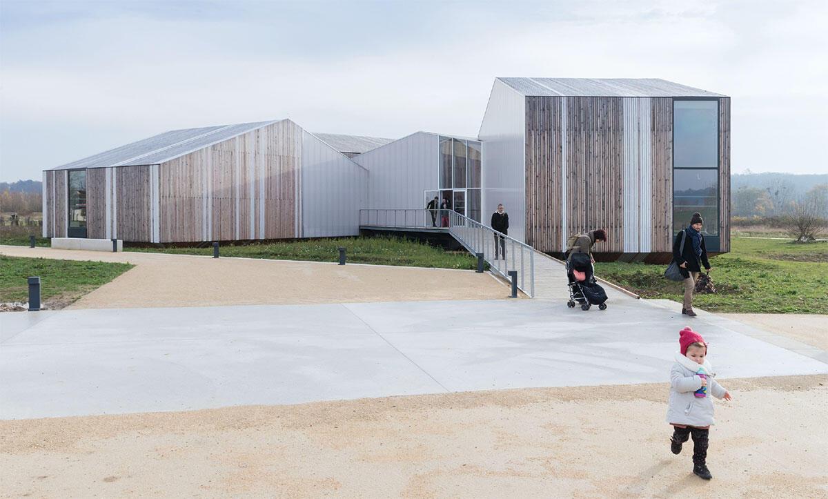 Poissy Galore umfasst in einem durch Agence TER neu angelegten Landschaftspark nordwestlich von Paris mehrere Gebäude: ein Besucherzentrum mit Museum und eine Plattform zur Beobachtung der dortigen Tierwelt.