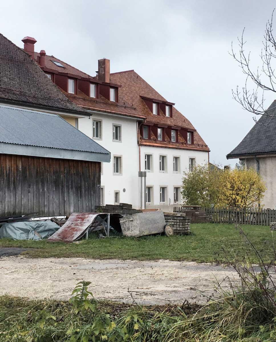 Ein neues und ein altes Haus, die gleichen technisch-funktionalen Fenster. Das Hybride prägt die Institution innen und aussen. Bild: Michel Bonvin
