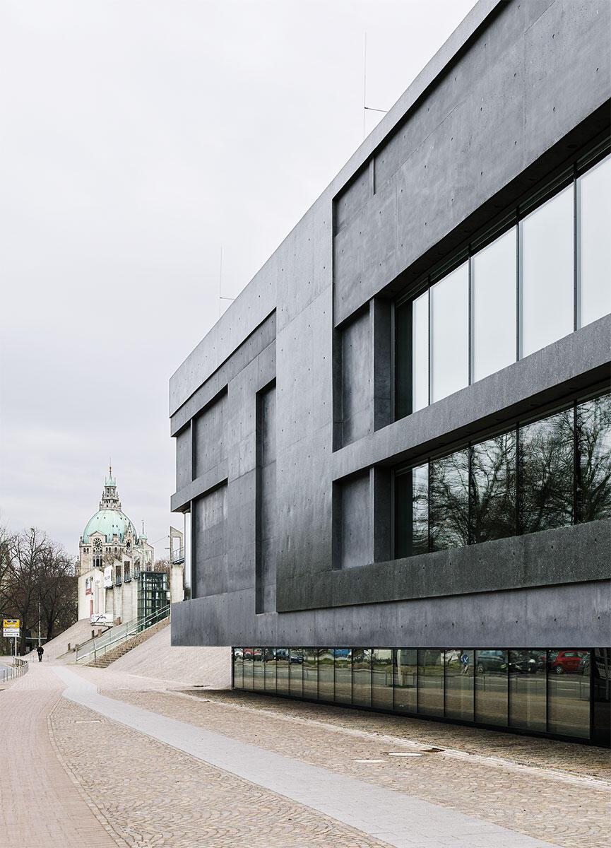 Licht, Schatten, stumpfe und glatte Reflexe: Das Wandrelief der Sprengel-Museumserweiterung von Meili & Peter Architekten belebt den Baukörper, der über dem versenkten Erdgeschoss zu schweben scheint.