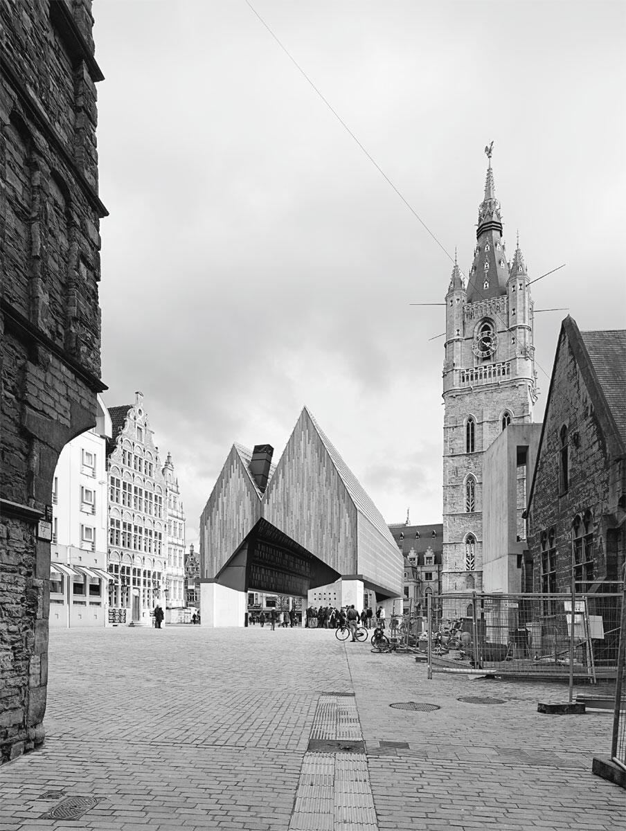Die offene Stadthalle mit ihrem Doppelgiebel am Goudenleeuwplein, rechts hinten der Glockenturm Belfort, eines der Wahrzeichen Gents.