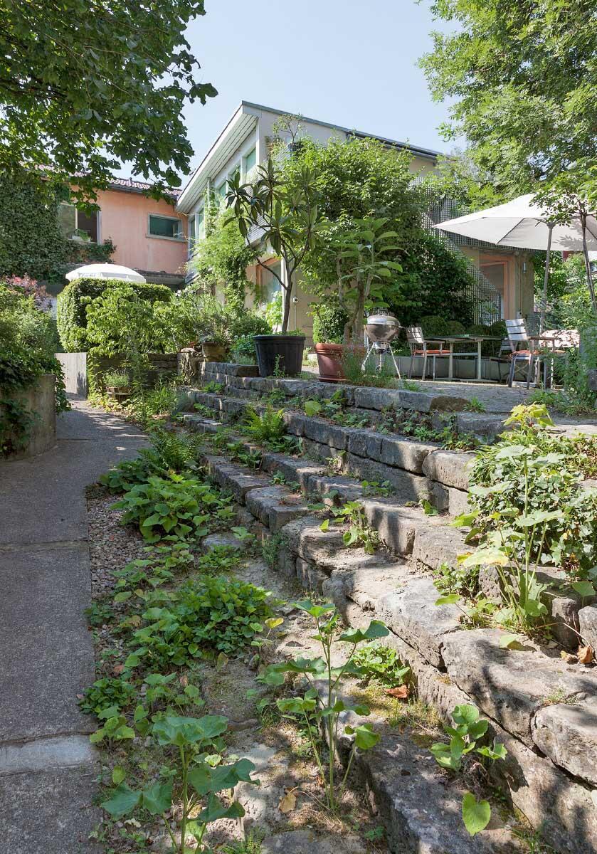 Der Hof wurde zum Garten; das kleinere Hofgebäude beherbergt den Gemeinschaftsraum, das Gästezimmer und zwei Wohnungen. Bild: Istvàn Balogh