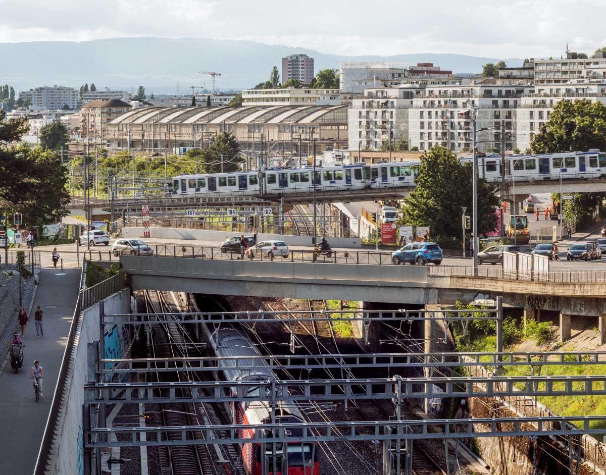 Dynamik im Westen: Blick über die Brücke der Metro M1 (Richtung Hochschulen) auf das Entwicklungsgebiet Sébeillon mit der grossen SBB-Güterhalle.