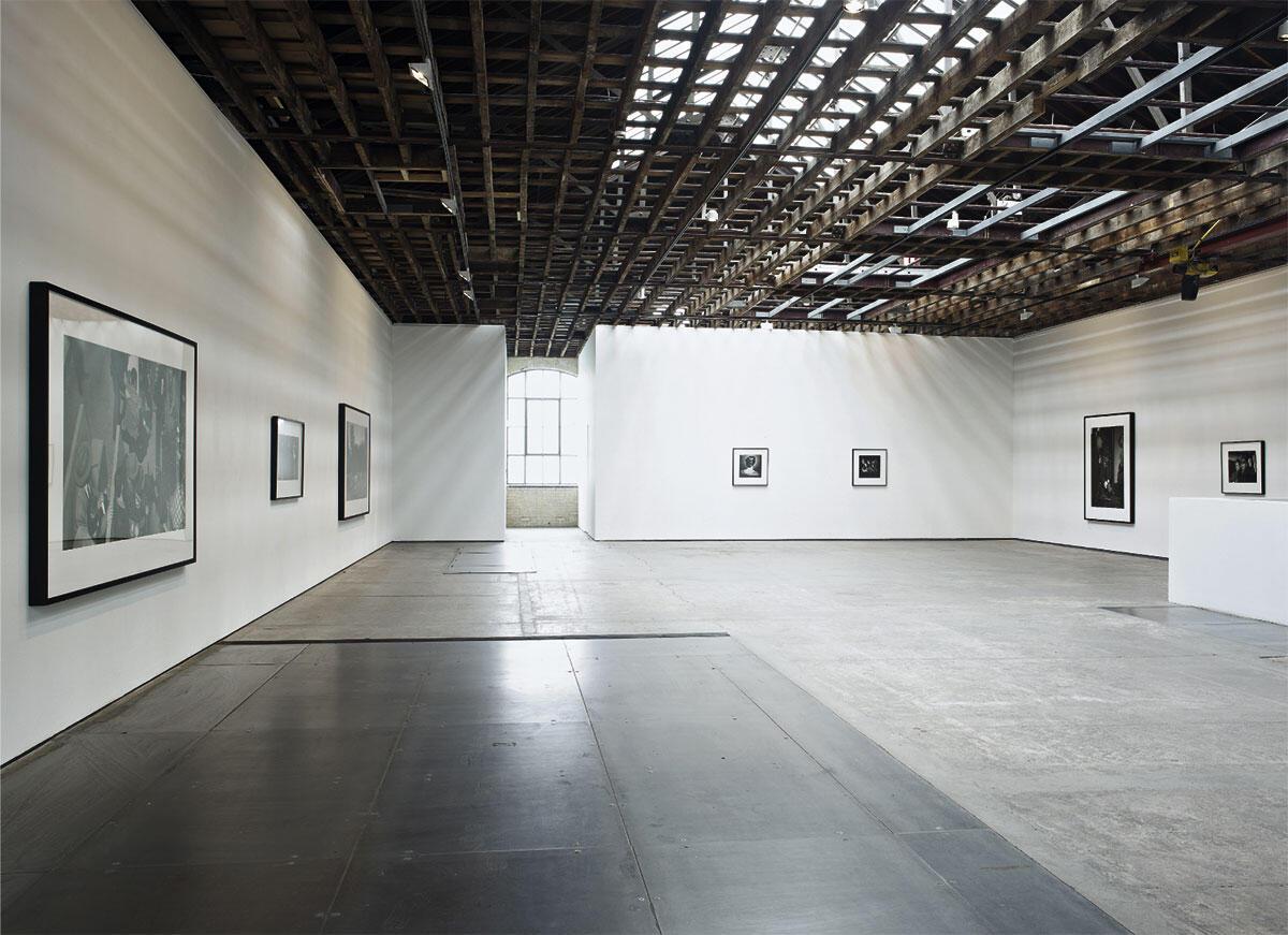 Victoria Miro Gallery: Über den in Weiss gehaltenen Wänden erinnert die sichtbar belassene Tragstruktur an die alte Lagerhalle, Blick in die Ausstellung von Stan Douglas vom Frühjahr 2012.