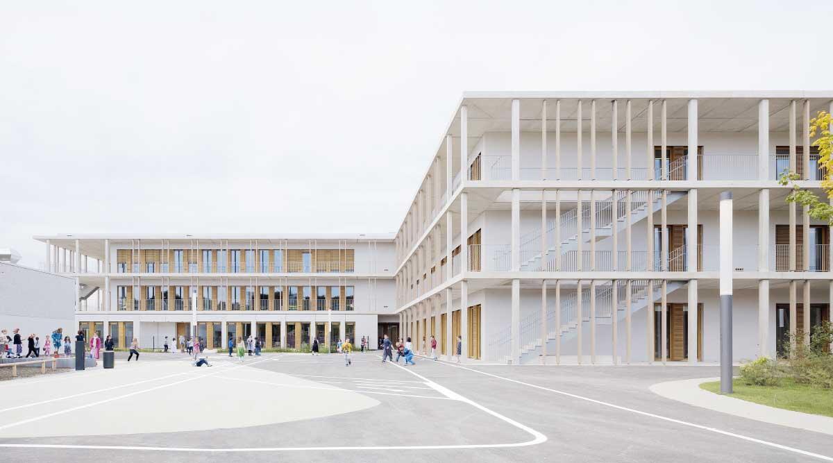Wie oben im neu entstehenden Quartier Freiham können die Module winkelförmig kombiniert werden, sodass ein gefasster Aussenraum entsteht, dem die Fluchtbalkone räumliche Tiefe verleihen. Bild: Brigida González