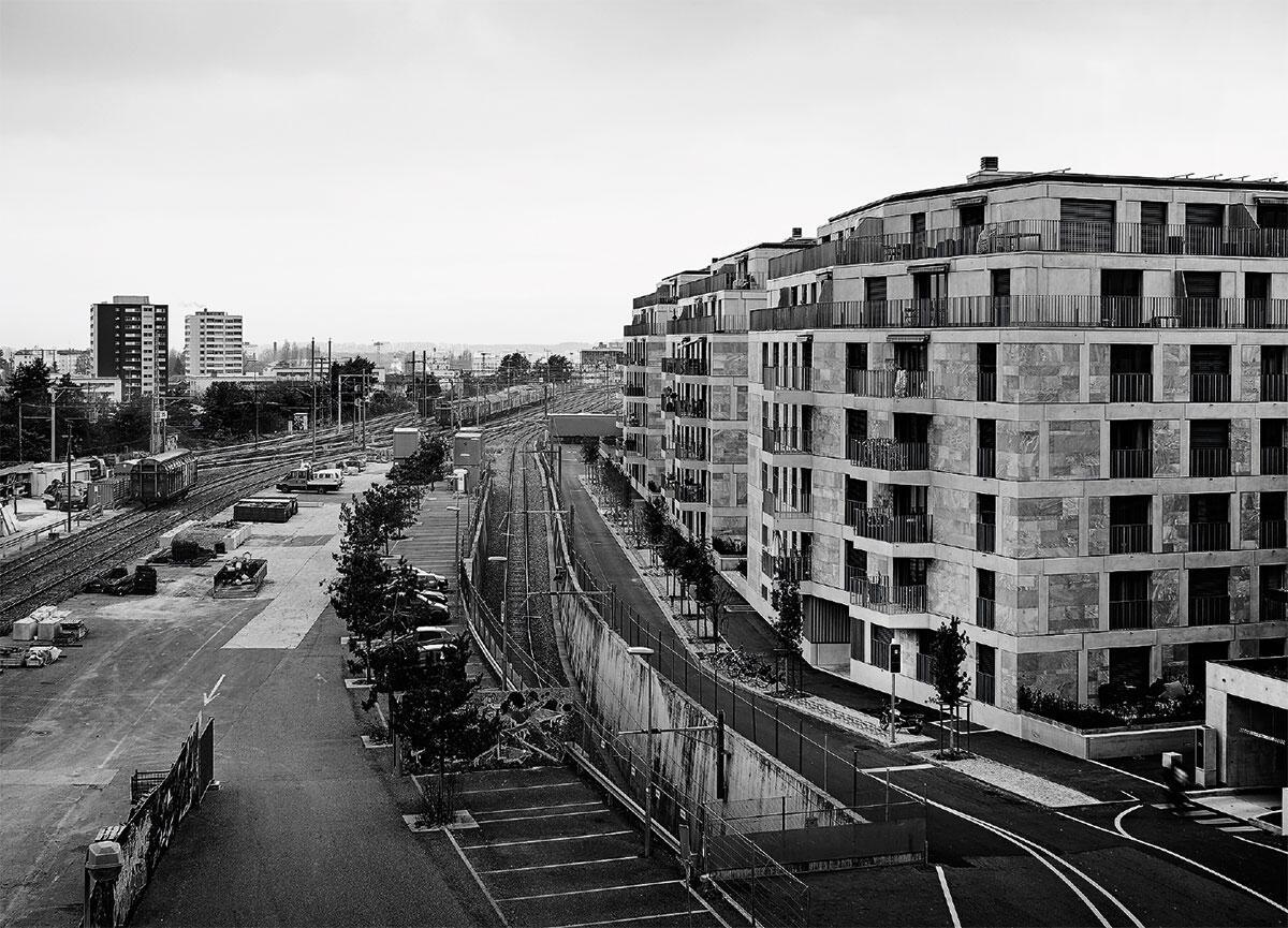 Elévation sud: Le parc qui accompagnera les voies du chemin de fer attend sa réalisation. Bild: Marco Bakker