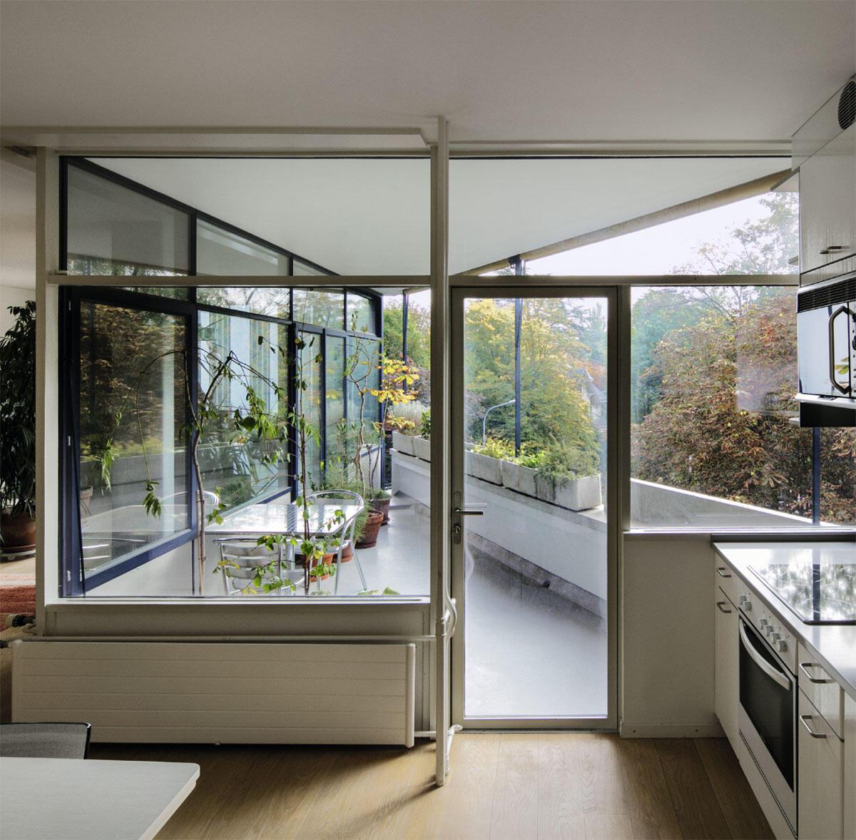 Wohnen wie im Freien: Küche und Wohnraum öffnen sich auf die dreieckigen Balkone im Miremont-le-Crêt.