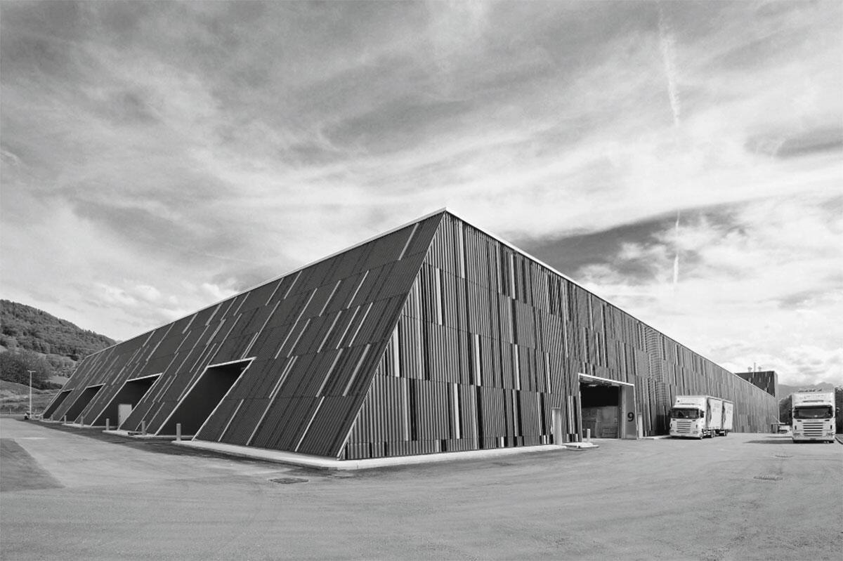 Ansicht von Norden mit geschützten Verladelampen der Produktions- und Lagerhallen swisspor.